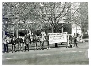 1990: JN vor der Botschaft der UdSSR in Berlin